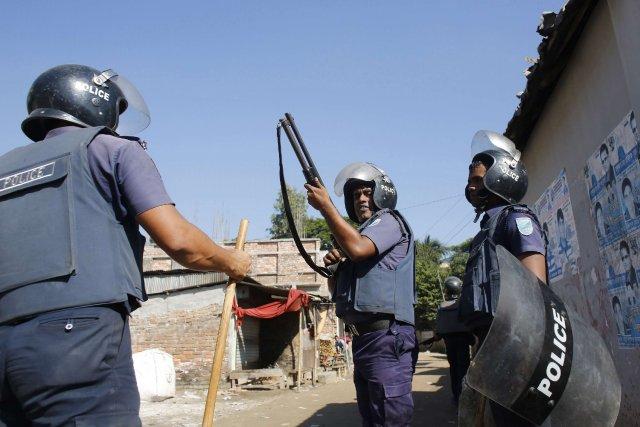 773489-policier-recharge-fusil-lors-manifestation